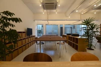 ミーティングスペースから、オフィススペースを見る (若竹ビル の シェアオフィス | coworking space in 5th Avenue)