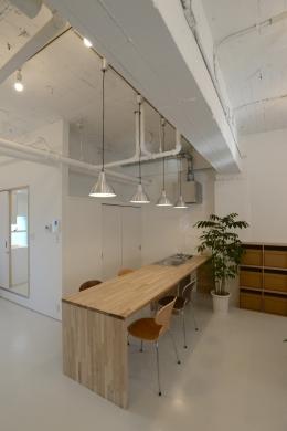 若竹ビル の シェアオフィス | coworking space in 5th Avenue (キッチン と ダイニング)