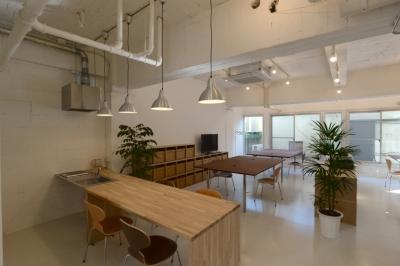 ミーティングスペース と オフィススペース と テラス (若竹ビル の シェアオフィス | coworking space in 5th Avenue)