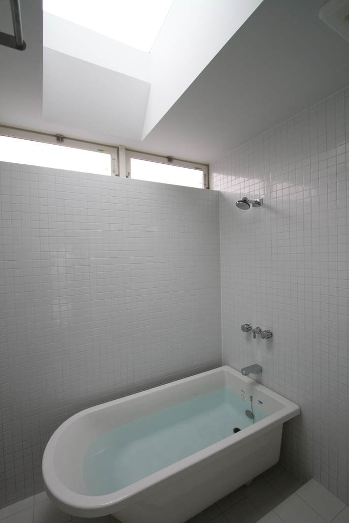 静岡の二世帯住宅  中庭に小屋を持つOUCHI-15 (親世帯バスルーム)
