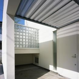 上連雀の家~北側採光のリビング (玄関ポーチ)