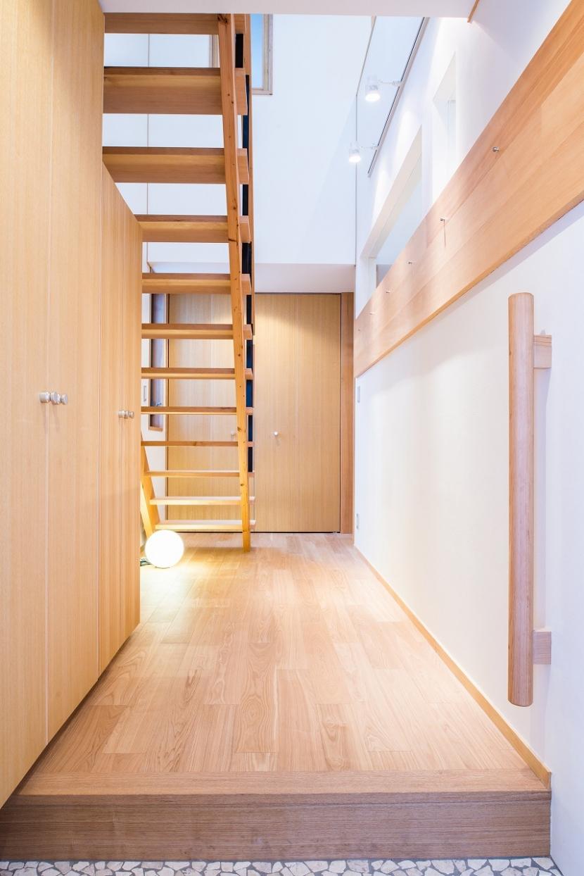 富士見坂の家の部屋 玄関から廊下ギャラリー方向を見る