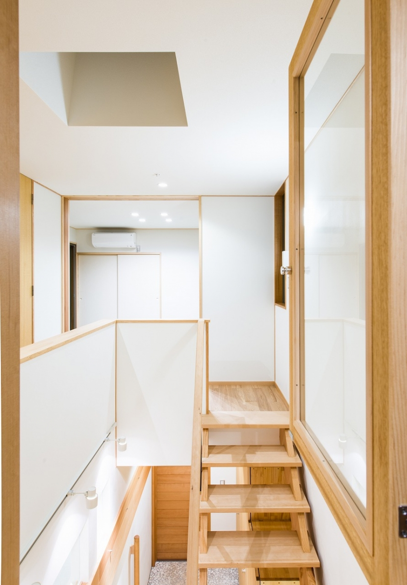 富士見坂の家の部屋 書斎小窓から階段吹抜を見る