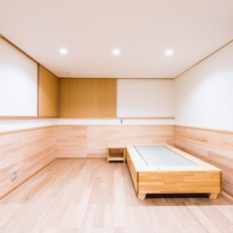 富士見坂の家 (2階寝室のオリジナル畳ベッドとサイドテーブル)