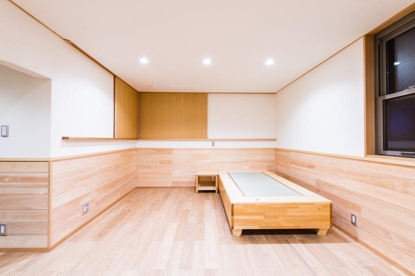 富士見坂の家の部屋 2階寝室のオリジナル畳ベッドとサイドテーブル