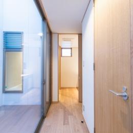 富士見坂の家 (廊下から洗面室を見る(左は坪庭デッキと浴室の窓))