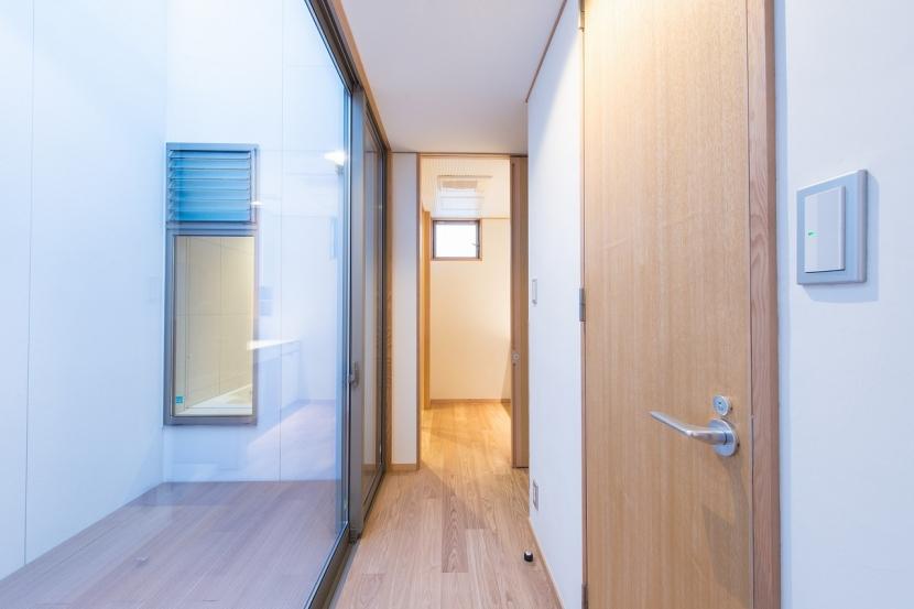 富士見坂の家の部屋 廊下から洗面室を見る(左は坪庭デッキと浴室の窓)