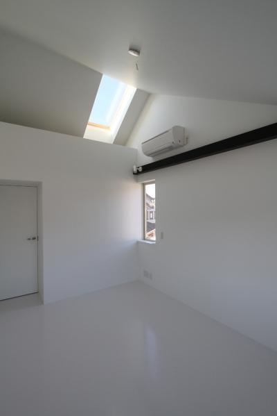 天窓のある寝室 (静岡の二世帯住宅  中庭に小屋を持つOUCHI-15)
