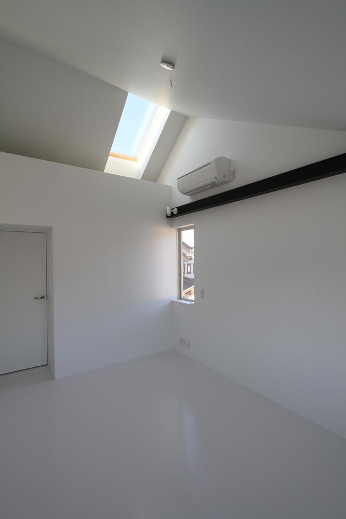 静岡の二世帯住宅  中庭に小屋を持つOUCHI-15 (天窓のある寝室)
