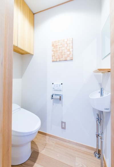 富士見坂の家 (トイレと杉の木切れを使って作った壁飾り)