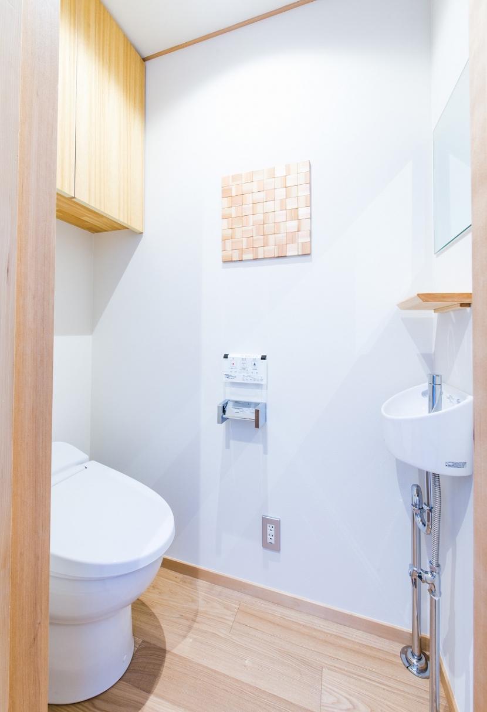 富士見坂の家の部屋 トイレと杉の木切れを使って作った壁飾り
