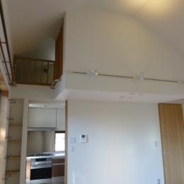 秦野市の住宅 (リビングからキッチン上のロフト方向を見る)