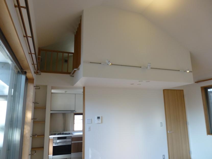 秦野市の住宅の部屋 リビングからキッチン上のロフト方向を見る