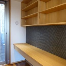 秦野市の住宅 (書斎のオリジナルデスクと吊戸棚)