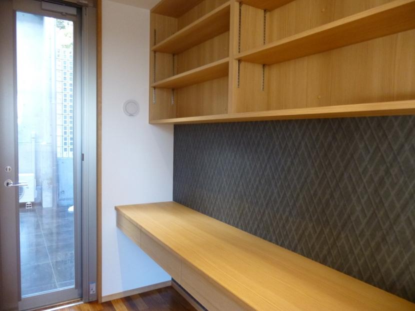 秦野市の住宅の部屋 書斎のオリジナルデスクと吊戸棚