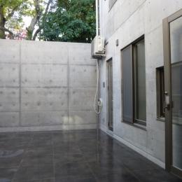秦野市の住宅 (中庭(打ち放し塀の向こう側は前面道路))