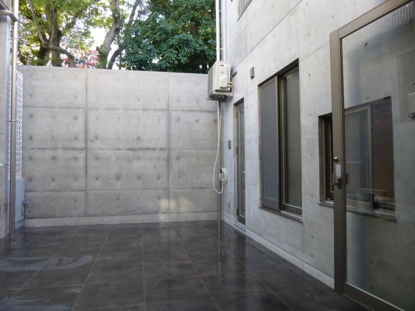 秦野市の住宅の部屋 中庭(打ち放し塀の向こう側は前面道路)