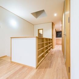 富士見坂の家 (2階廊下手摺の下は本棚として利用)
