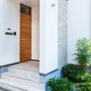 オリジナル玄関扉と孔空きブロック