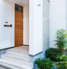 富士見坂の家 (オリジナル玄関扉と孔空きブロック)