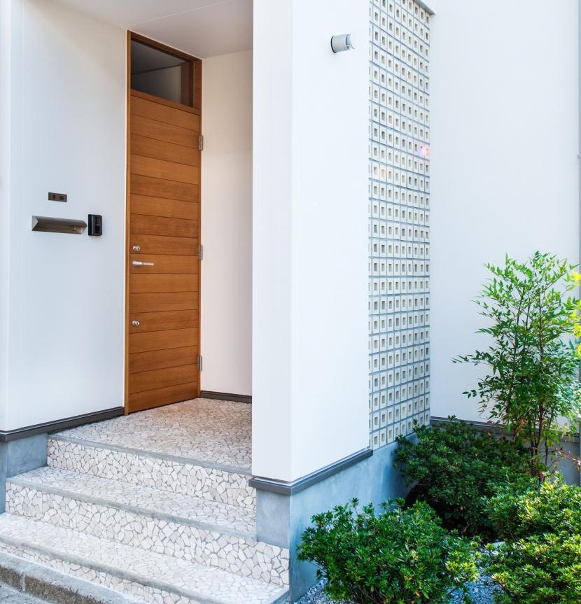 富士見坂の家の部屋 オリジナル玄関扉と孔空きブロック