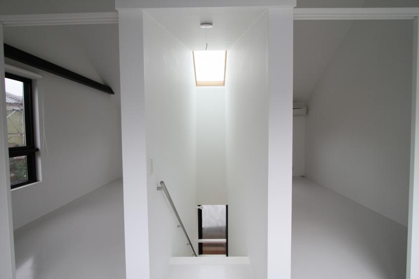静岡の二世帯住宅  中庭に小屋を持つOUCHI-15 (天窓のある階段)