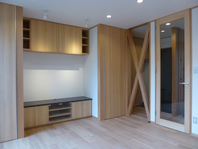 西小山の家の部屋 TVキャビネットと吊戸棚の横は仏壇収納