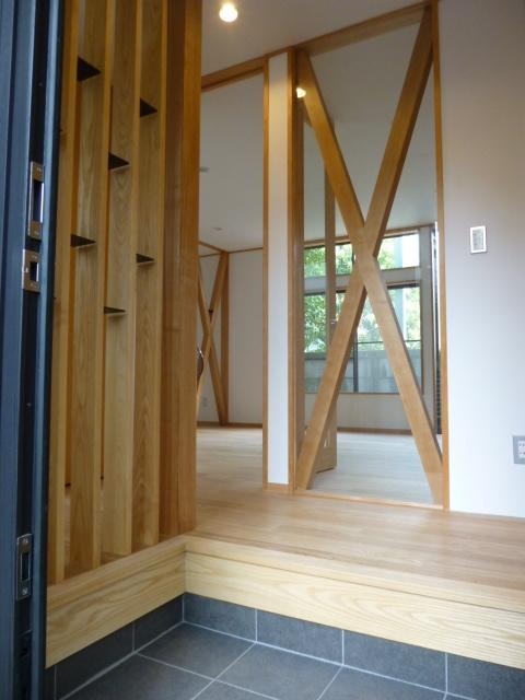 西小山の家の部屋 玄関からリビングダイニング方向を見る