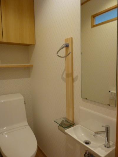 トイレのアクセサリーに木の温かみを (西小山の家)
