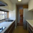 カウンター巾いっぱいの窓を持つ明るいキッチン