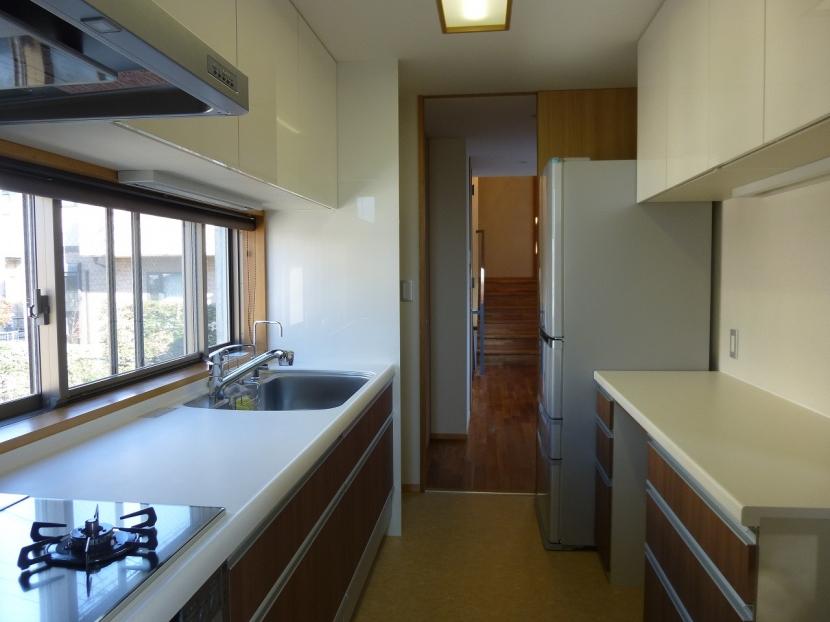 秦野市の住宅の部屋 カウンター巾いっぱいの窓を持つ明るいキッチン