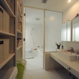 壁面収納のある脱衣室