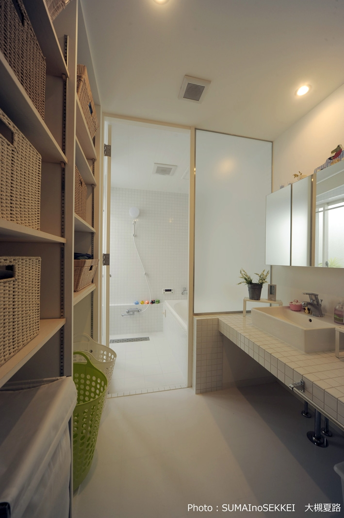 静岡の二世帯住宅  中庭に小屋を持つOUCHI-15 (壁面収納のある脱衣室)