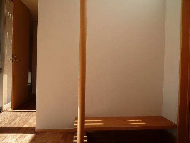 銚子の家の部屋 玄関のベンチと手摺ポール