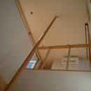 銚子の家の写真 手摺ポールが玄関上部吹抜を天井まで貫く