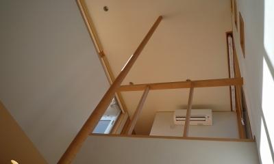 銚子の家 (手摺ポールが玄関上部吹抜を天井まで貫く)