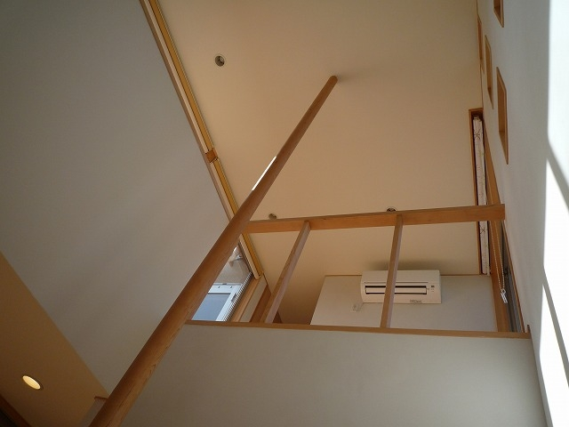 銚子の家の部屋 手摺ポールが玄関上部吹抜を天井まで貫く