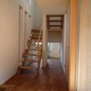 銚子の家の写真 玄関から階段下の坪庭方向を見る