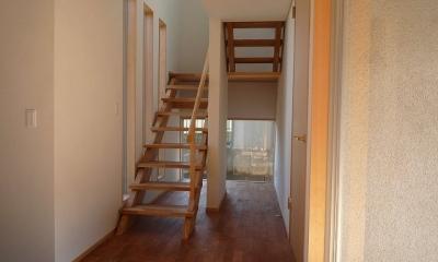 銚子の家 (玄関から階段下の坪庭方向を見る)
