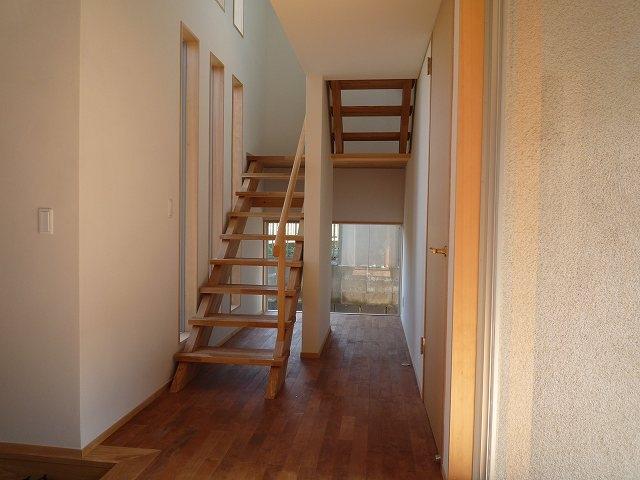 銚子の家の部屋 玄関から階段下の坪庭方向を見る