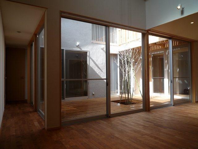 銚子の家の部屋 リビングダイニングから中庭ウッドデッキを見る