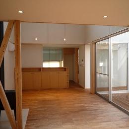銚子の家 (リビングからダイニングキッチン方向を見る)