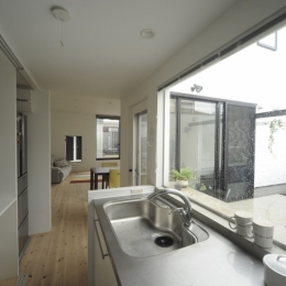 オウチ15・静岡の二世帯住宅 (キッチンから見る中庭とリビング)