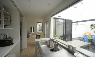 静岡の二世帯住宅  中庭に小屋を持つOUCHI-15 (キッチンから見る中庭とリビング)