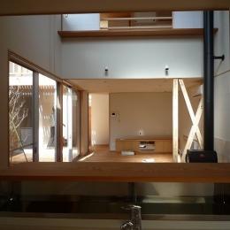 銚子の家 (キッチンからリビングダイニング方向を見る)