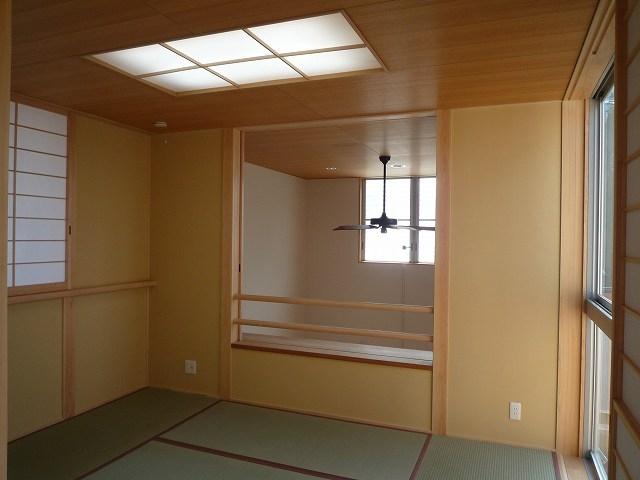銚子の家の部屋 2階和室からダイニング吹抜方向を見る