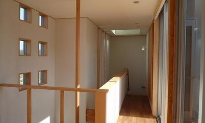 銚子の家 (2階廊下(左は玄関上の吹抜と手摺ポール))