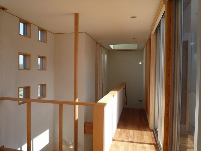 銚子の家の部屋 2階廊下(左は玄関上の吹抜と手摺ポール)