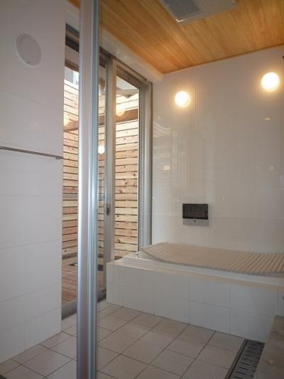 大きな開口を持つ開放的な浴室 (銚子の家)
