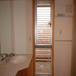 銚子の家 (オリジナル洗面台のある明るい洗面脱衣室)